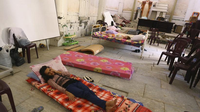 Irak: Christliche Flüchtlinge aus Mossul kommen in der irakischen Stadt Telkaif auf der Ninive-Ebene in einer Kirche unter.