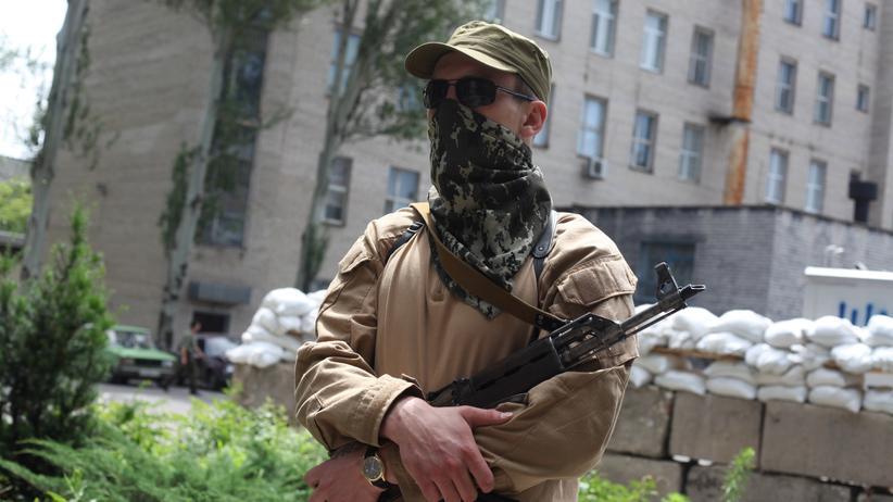 Ukraine: Der Rebellenkommandeur Dmitri Bojzow posiert in Donezk.