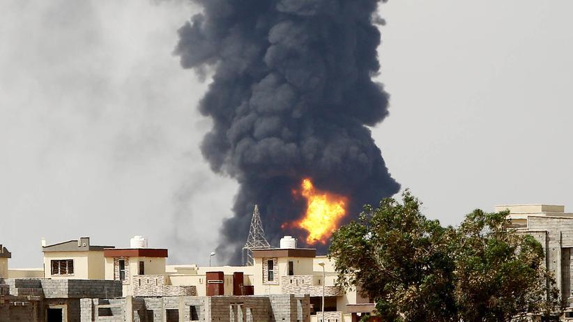 Schwere Kämpfe: Firmen ziehen Tausende Arbeiter aus Libyen ab
