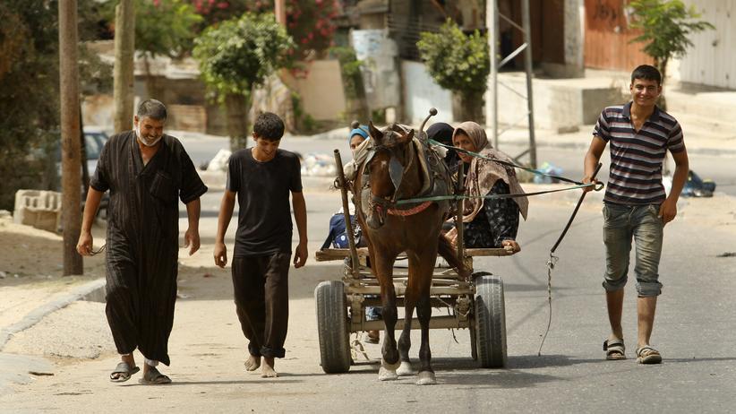 Gazastreifen: Palästinenser im nördlichen Gaza-Streifen, die ihre Häuser verlassen haben und auf dem Weg in eine Notunterkunft sind.