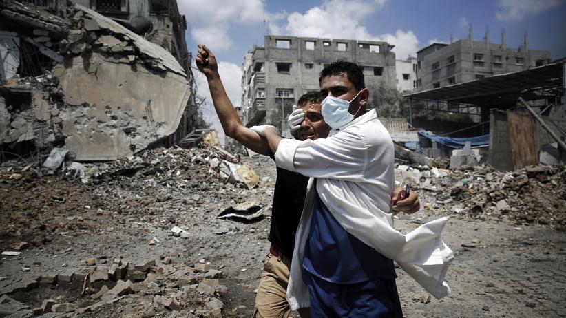 Nahost-Konflikt: Ein Arzt versorgt einen verletzten Palästinenser im Gaza-Stadtteil Schedschaia.