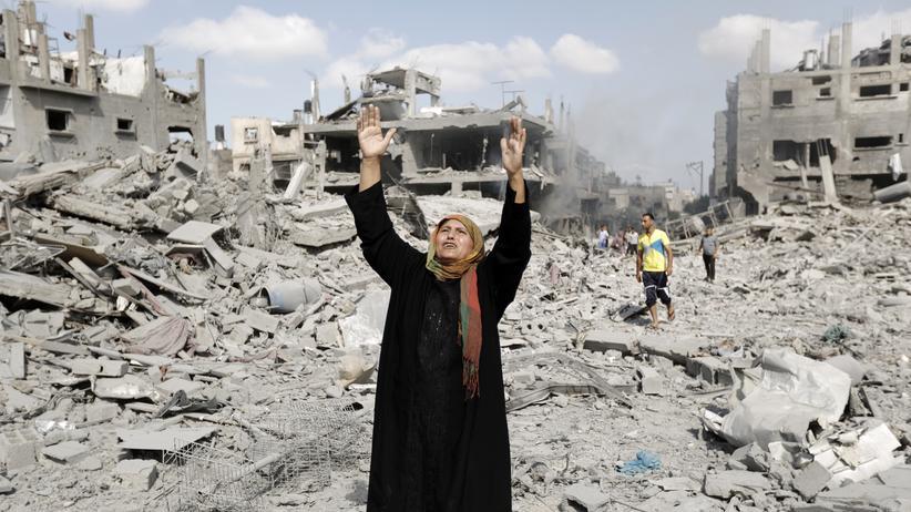 Gaza-Krieg: Eine Palästinenserin im Gazastreifen beklagt währen der Waffenruhe die Zerstörungen durch die Kämpfe der vergangenen Tage.