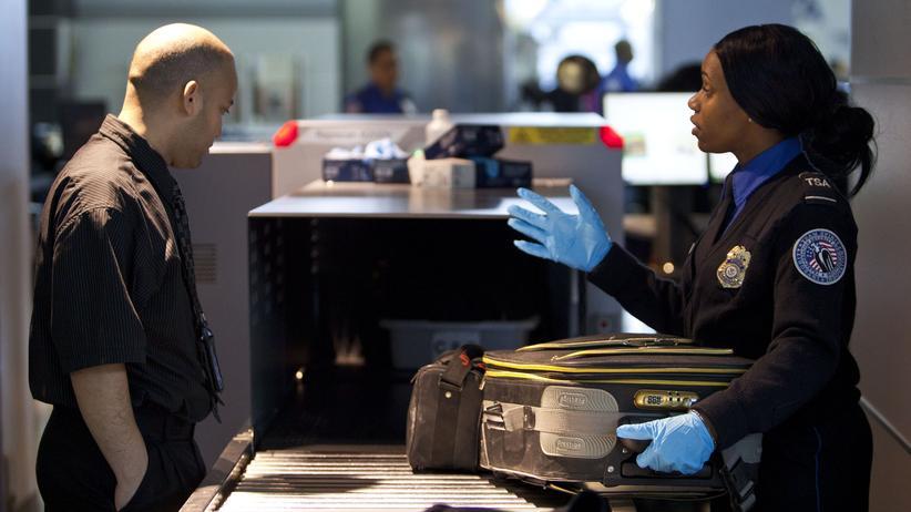 Terrorabwehr: Gepäckkontrolle am New Yorker Flughafen John F. Kennedy