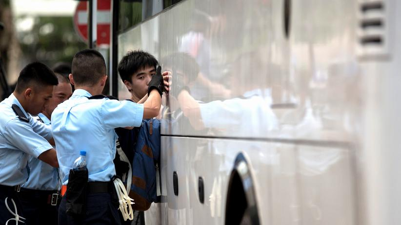 Hongkong: Polizisten mit einem Demonstranten in Hongkong