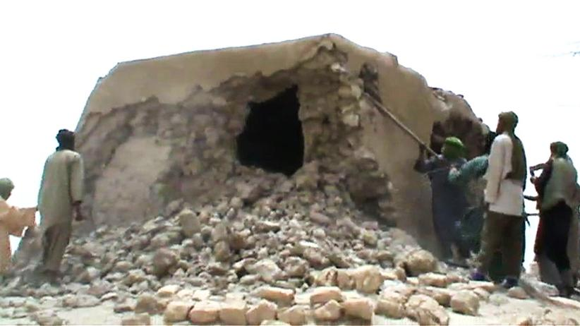 Militante Islamisten zerstören im Juli 2012 einen Schrein in Timbuktu, Mali.