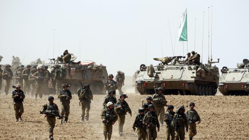 Gazastreifen: Israelische Soldaten auf einem Feld am Gazastreifen.