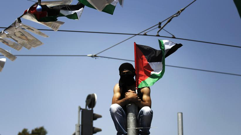 Israel: Ein maskierter Palästinenser bei der Beerdigung des palästinensischen Jugendlichen Mohammed Abu Chder