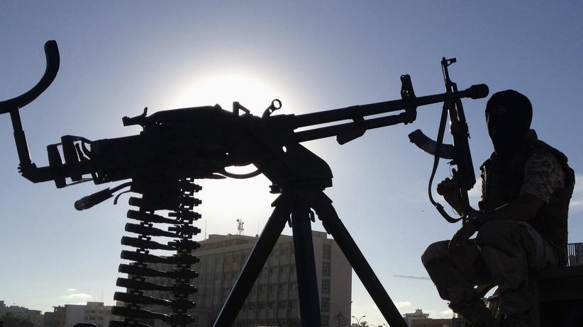 Terrorismus: Ein Mitglied der Sondereinheit der libyschen Armee hält seine Waffe in Bengasi im Oktober 2013.