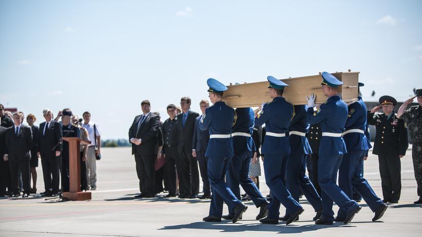Opfer des Flugs MH 17 werden in Charkiw verabschiedet.
