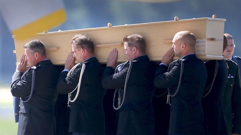 Der Sarg eines Opfers von Flug MH17 im niederländischen Eindhoven