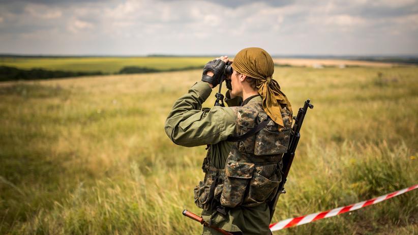 Malaysia-Airlines: Ein prorussischer Separatist an der Absturzstelle von MH17