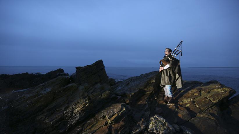 Schottland: Ein schottischer Jugendlicher mit Dudelsack an der Küste in der Nähe von Aberdeen. Am Unabhängigkeitsreferendum dürfen auch Jugendliche ab 16 teilnehmen.