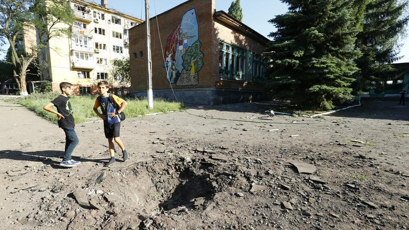 Spuren eines Granateneinschlags neben einer Schule in der Ostukraine