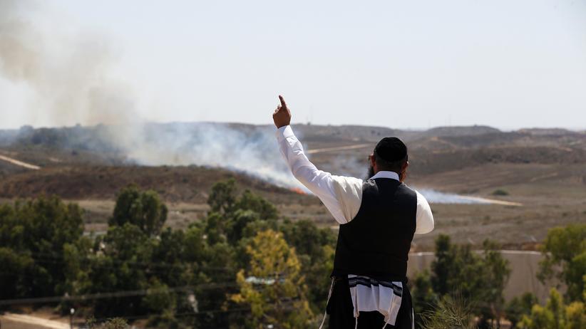 Naher Osten: Blick von einem Hügel nahe der israelischen Stadt Sderot an der Grenze zum Gazastreifen: Nach einem Raketeneinschlag steigt Rauch auf.