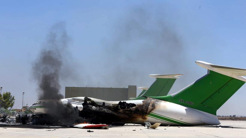 Ein zerstörtes Flugzeug auf dem umkämpften Flughafen von Tripolis