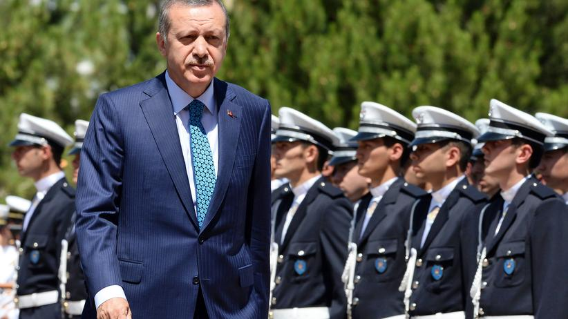 Korruptionsvorwürfe: Der türkische Premierminister Recep Tayyip Erdoğan mit Studenten der Polizei-Akademie in Ankara