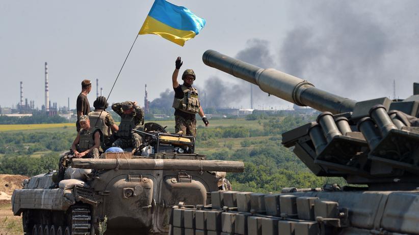 Ukraine: Ukrainischer Panzer in einem Konvoi auf dem Weg in die Region um Luhansk