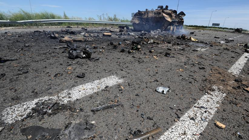 Ukraine-Krise: Photo taken on July 14, 2014 shows a destroyed armoured vehicle on the road of the airport in the south of Lugansk. The defence ministry said Monday that Ukrainian jets carried out five air strikes against separatist positions close to Lugansk but there was no confirmation of rebel claims that Kiev had massed tanks in the outskirts ahead of a major push into the city. AFP PHOTO / DOMINIQUE FAGET (Photo credit should read DOMINIQUE FAGET/AFP/Getty Images)