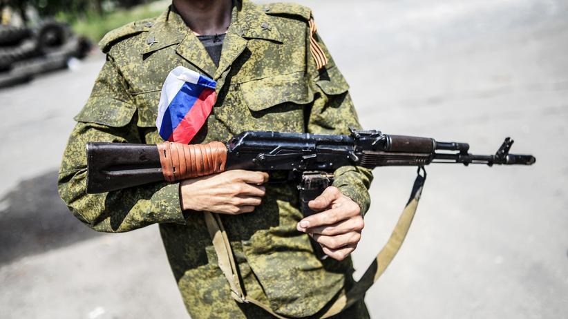 Sanktionen gegen Russland?: Ein pro-russischer Separatist patroulliert durch Donezk.