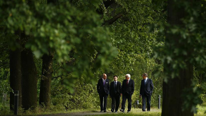 Ukraine-Konflikt: Die Außenminister aus Frankreich, der Ukraine, Deutschland und Russland (von links nach rechts) spazieren vor Beginn der offiziellen Gespräche durch einen Park in Berlin.