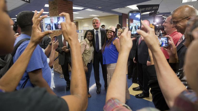 Michael Brown: Justizminister Eric Holder bei einem Treffen mit Einwohnern von Ferguson