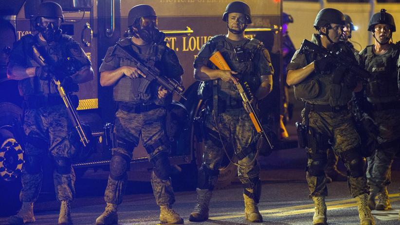 Unruhen USA: Schwer bewaffnete Sondereinsatzkräfte der Polizei sollen in Ferguson für Ruhe und Ordnung sorgen.