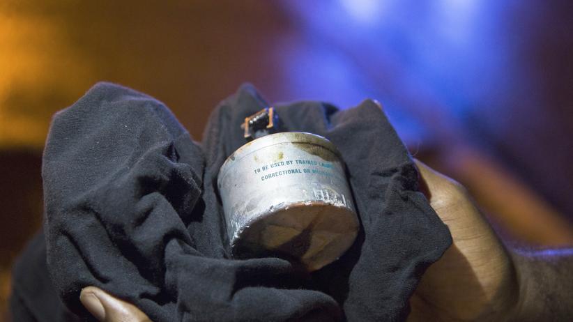USA: Ein von der Polizei gegen Plünderer eingesetztes Tränengas-Geschoss