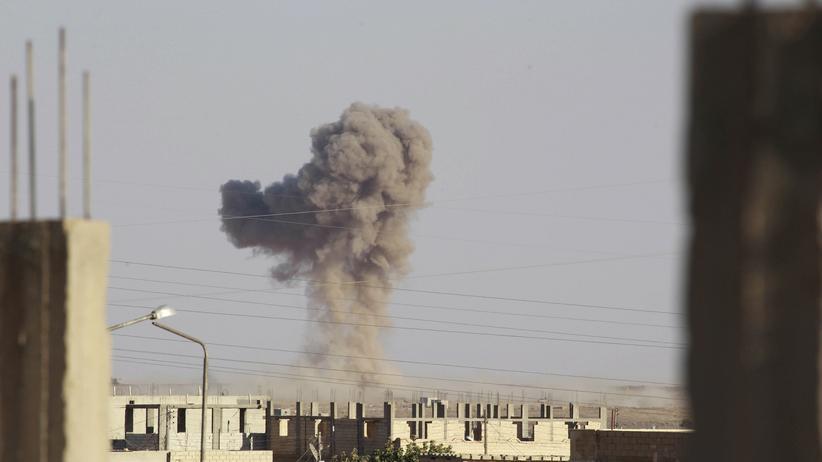 Syrien: Rauch steigt über dem Al-Tabka-Flughafen in Syrien auf
