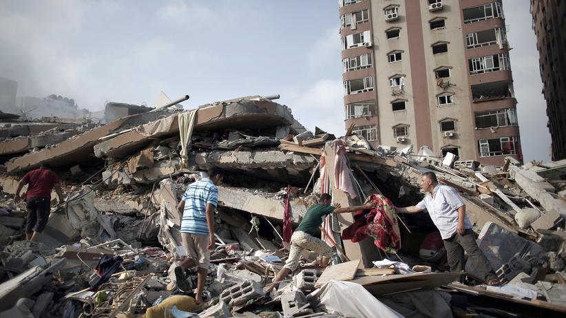 Gaza-Krieg: Palästinenser sammeln ihren Besitz aus den Trümmern eines 12-stöckigen Wohnhauses, das bei einem israelischen Luftangriff zerstört wurde.