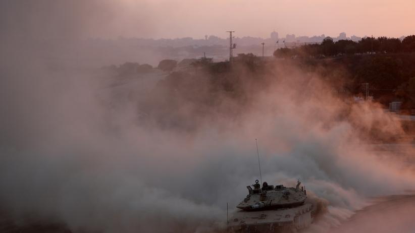 Israelischer Panzer auf der Rückfahrt nahe der Grenze zum Gazastreifen