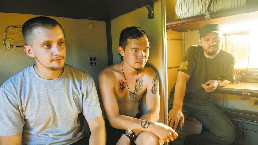 Ukraine-Krise: Die Nationalbolschewiken Alexander, Dmitrij und Walentin (von links) im Reisezug.