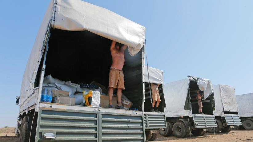 Ukraine-Krise: Die Fahrer des russischen Hilfskonvois öffnen die Lastwagen, damit die Ladung inspiziert werden kann.