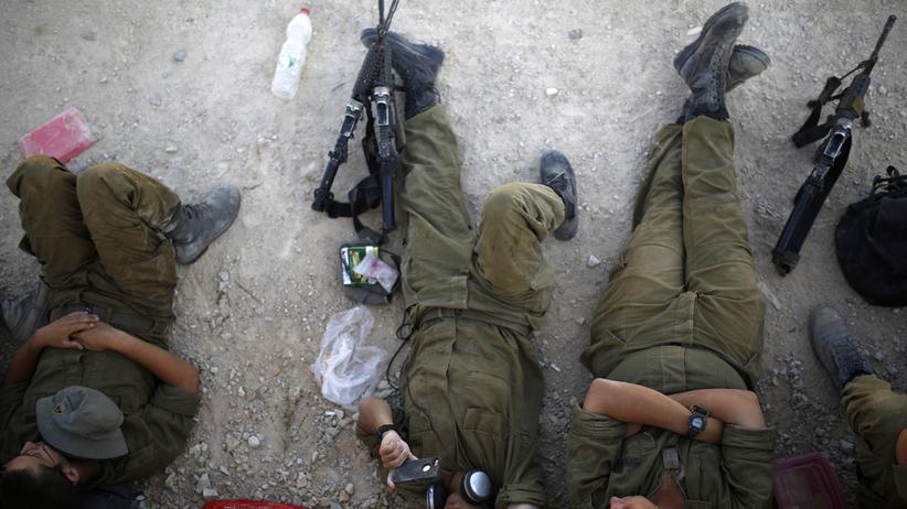 Israelische Soldaten rasten nahe dem Gazastreifen.
