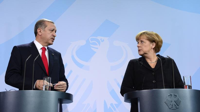 BND-Affäre: German Chancellor Angela Merkel and Turkish Prime Minister Recep Tayyip Erdogan (L) address a press conference after meeting for talks at the chancellery in Berlin on October 31, 2012. The talks were expected to focus on the crisis in Syria. AFP PHOTO / JOHN MACDOUGALL (Photo credit should read JOHN MACDOUGALL/AFP/Getty Images)