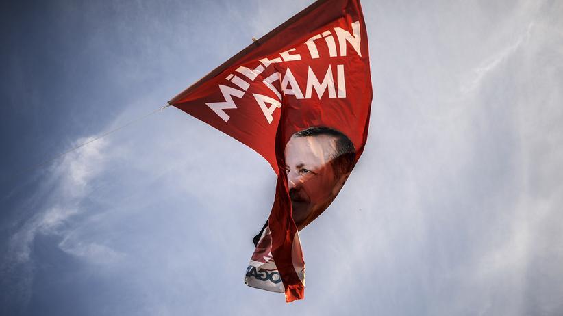Eine Flagge mit dem Abbild des neuen türkischen Präsidenten Recep Tayyip Erdoğan in Istanbul