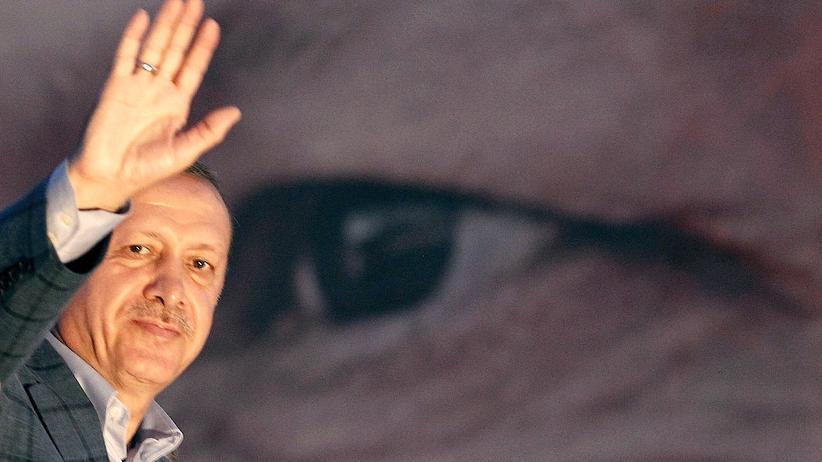 Türkei: Der türkische Ministerpräsident Erdoğan winkt nach der Präsidentenwahl seinen Anhängern zu.