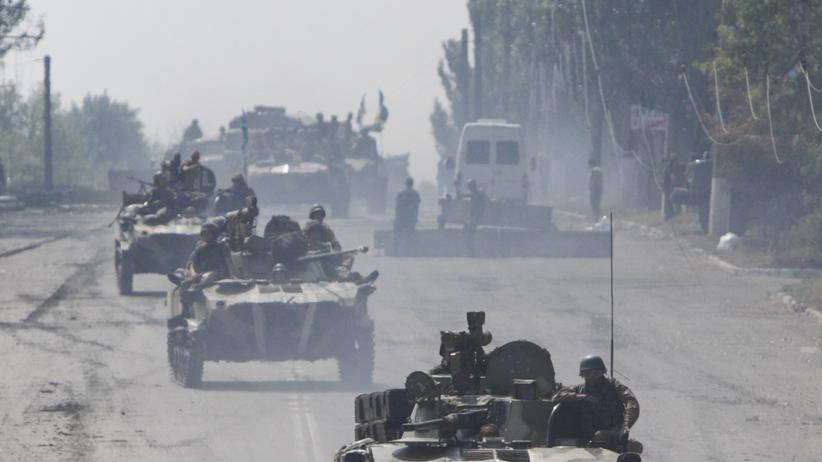 Ukraine: Ukrainische Soldaten auf gepanzerten Fahrzeugen in der ostukrainischen Stadt Vuhlehirsk (Bild vom 14. August)