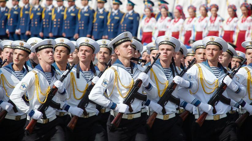 Ukraine: Marine-Soldaten marschieren während einer Militärparade zum Jahrestag der Unabhängigkeit der Ukraine durch Kiew.