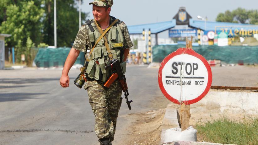 Ukraine: Ein ukrainischer Soldat am Grenzübergang Pletenivka