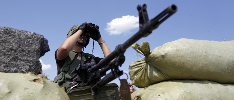 Ein ukrainischer Soldat an einem Grenzposten in der Nähe der Stadt Debaltseve in der Region Donezk