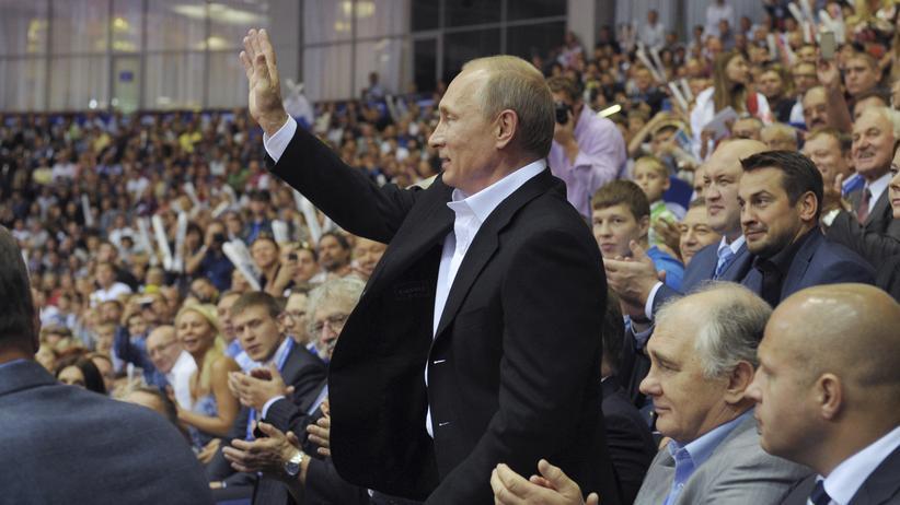 Wladimir Putin begrüßt am Sonntag die Zuschauer der Judo-Weltmeisterschaften im russischen Tscheljabinsk.