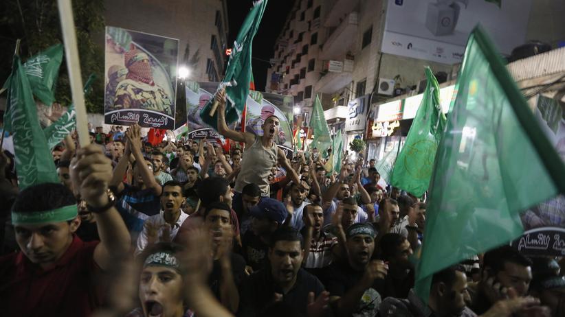 """Gaza-Konflikt: Palästinenser feiern """"ihren Sieg"""" in der Stadt Ramallah im Westjordanland."""