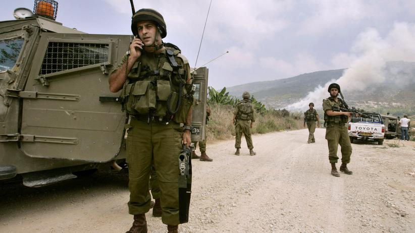 Israelische Soldaten auf Inspektion nach einem Raketenbeschuss im Juli 2006