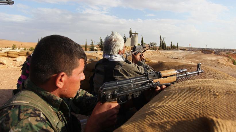 """""""Islamischer Staat"""": Kämpfer der kurdischen Volksschutzeinheiten verteidigen die Stadt Kobanê vor den Angriffen der Terrormiliz """"Islamischer Staat""""."""