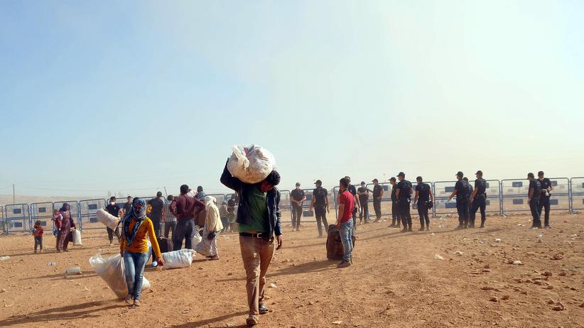 Krisen: Kurdische Flüchtlinge aus Syrien auf dem Weg in die Türkei am Grenzübergang Yumurtalık