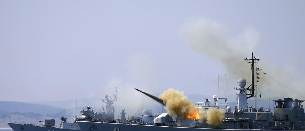 Ein Schiff der Nato-Streitkräfte feuert eine Rakete im Schwarzen Meer ab