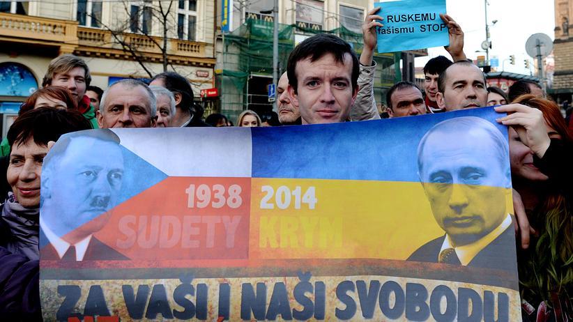 Ein Schmäh-Banner mit dem russischen Präsidenten Wladimir Putin