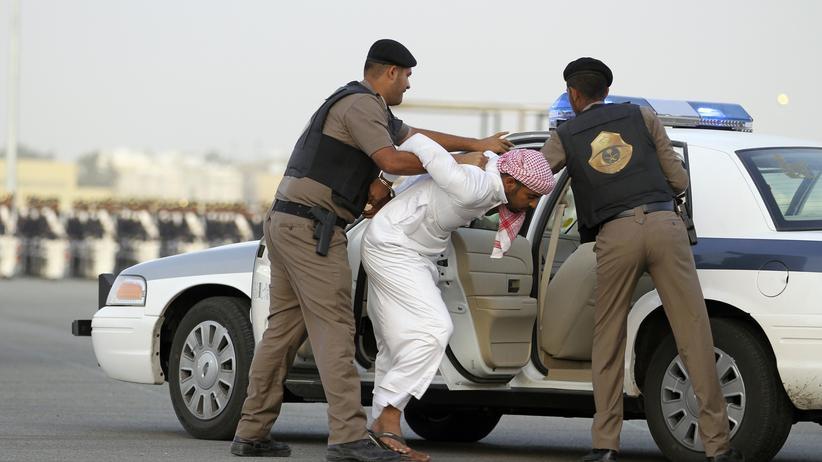 Drogen in Saudi-Arabien: Saudische Polizisten simulieren eine Festnahme zum Abschluss ihrer Ausbildung.