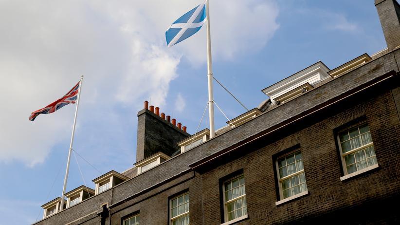 Die schottische Flagge weht neben der Fahne Großbritanniens über der Downing Street 10 in London.