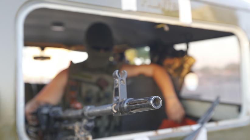 Ein ukrainischer Grenzsoldat in einem Militärfahrzeug in der Stadt Mariupol